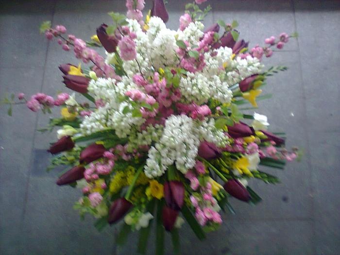 Aranjament Floral In Vas Liliac Frezii Lalele Solidago