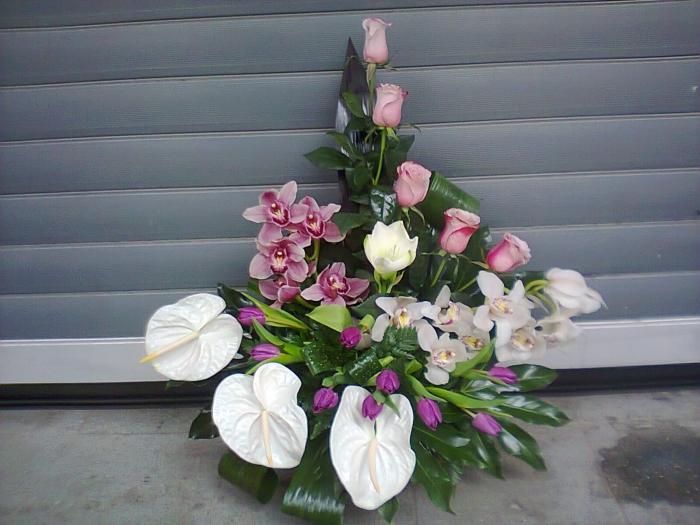 Aranjament Floral In Vas Lalele Mov Orhidee Anthurium Alb