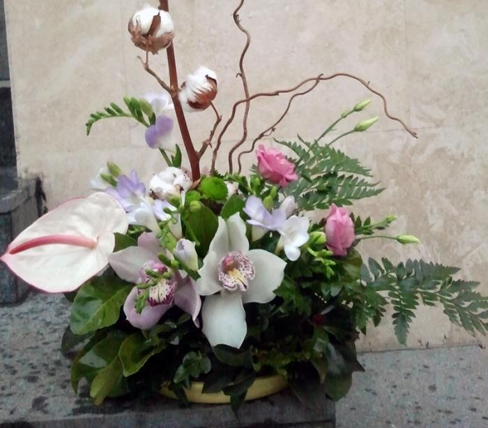 Aranjament Floral In Vas Bumbac Frezii Lisianthus Aranjament Floral