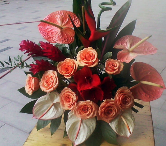 Aranjament Floral In Vas Anthurium Trandafiri Amaryllis Aranjament